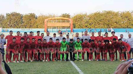 Ernando dan Komang Teguh ikut berfoto dengan semua pemain, pelatih Timnas Indonesia U-19. Setelah bertanding di Stadion Gelora Delta Sidoarjo, Senin (22/7/19). - INDOSPORT