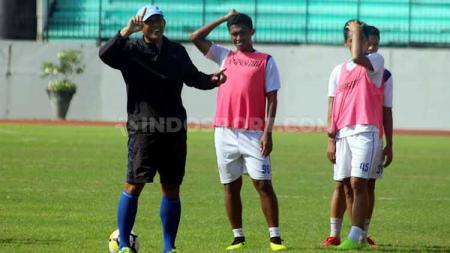 Asisten pelatih PSIS Semarang, Widyantoro (kiri) saat memberi instruksi kepada pemain dalam latihan di Stadion Moch Soebroto, Magelang. Foto: Ronald Seger Prabowo/INDOSPORT - INDOSPORT