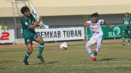 Gelandang PSIM Yogyakarta, Ichsan Pratama melepas sepakan ke gawang Persatu Tuban yang berbuah gol. Foto: Ronald Seger Prabowo/INDOSPORT - INDOSPORT