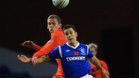 Matt McKay (depan) saat masih memperkuat Glasgow Rangers. - INDOSPORT