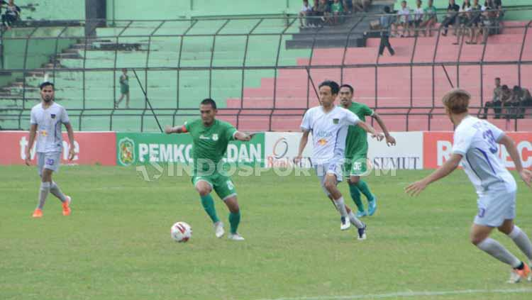 Pemain Persita Tangerang, Amarzukih, mencoba menghalau Kapten PSMS Medan, Legimin Raharjo. Foto: Aldi Aulia Anwar/INDOSPORT Copyright: Aldi Aulia Anwar/INDOSPORT