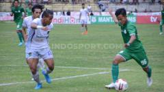 Indosport - Bek Persita Tangerang, Muhammad Toha, berupaya menghalau pemain PSMS Medan, Rendi Saputra. Foto: Aldi Aulia Anwar/INDOSPORT