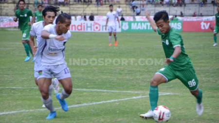Bek Persita Tangerang, Muhammad Toha (kiri) menilai wacana Liga 1 2020 tanpa degradasi akan menghilangkan kesan kompetitif. - INDOSPORT