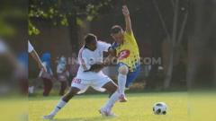 Indosport - Pemain Muba United FC dalam laga uji coba melawan Protaba di Stadion Sultan Agung Bantul, Rabu (24/7/19). Foto: Muhammad Effendi/INDOSPORT