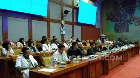 Potret situasi Rapat Dengar Pendapat Umum Pengurus Besar Ikatan Dokter Indonesia dengan Komisi X DPR RI, Senin (22/07/19) - INDOSPORT