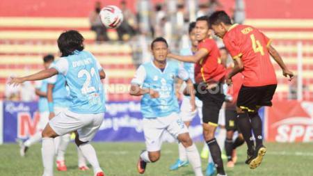 Pemain Persibat melakukan sundulan ke arah gawang Babel United. Foto: Alvin Syaptia Pratama/INDOSPORT - INDOSPORT