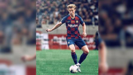 Gelandang klub sepak bola Barcelona, Frenkie de Jong, memanfaatkan waktu luangnya dengan mengarungi lautan Spanyol menggunakan kapal pesiar. - INDOSPORT
