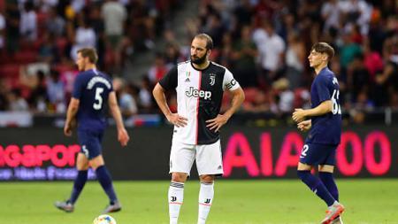 Striker Juventus, Gonzalo Higuain, mengamuk di sesi latihan Juventus jelang menghadapi Atletico Madrid di kualifikasi Liga Champions 2019/20. - INDOSPORT