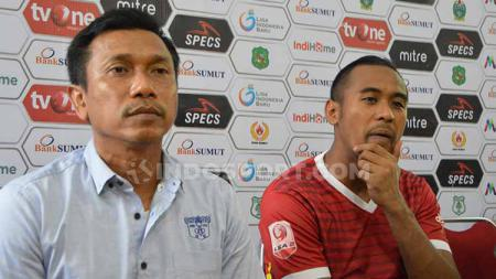 Pelatih Persita Tangerang, Widodo Cahyono Putro (kiri) didampingi pemainnya Annas Fitranto (kanan). - INDOSPORT