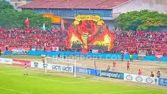 Indosport - Koreo suporter PSM Makassar di tribune stadion