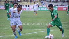 Indosport - Pemain PSMS Medan, Rendi Saputra (kanan) mencoba melewati pemain Persita Tangerang, Muhammad Toha (kiri), saat pertandingan PSMS lawan Persita, Selasa (23/7/2019) sore.