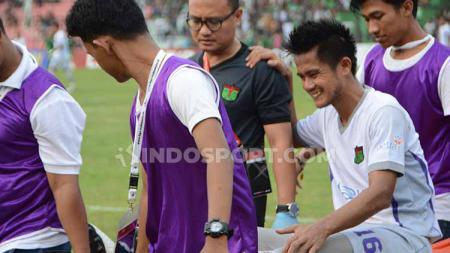 Pemain Persita Tangerang, M. Roby, saat ditandu keluar lapangan saat bersua tuan rumah, PSMS Medan, Selasa (23/7/2019) sore. - INDOSPORT