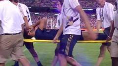 Indosport - Marco Asensio digotong keluar untuk mendapatkan penanganan medis
