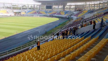 Penampakan kursi tribun Stadion Manahan Solo.
