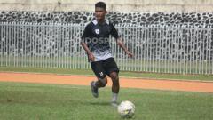 Indosport - Bek Muda Persipura Jayapura, David Kevin Rumakiek. Foto: Sudjarwo/INDOSPORT