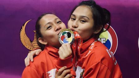 Ceyco Georgia Zefanya (kanan) mencium medali perak di kejuaraan karate Uzbekistan - INDOSPORT
