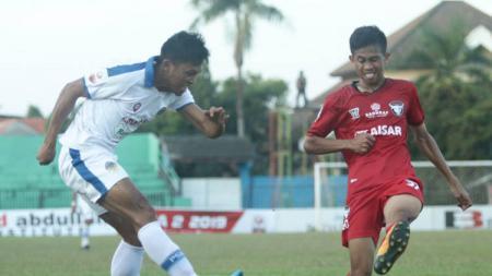 Perebutan bola dalam laga Madura FC vs PSIM Yogyakarta di Liga 2 2019, Rabu (24/7/19). - INDOSPORT