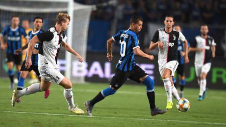 Dua raksasa Liga Italia, Inter Milan dan Juventus, kabarnya tengah memperebutkan pemain Atalanta, Dejan Kulusevski, untuk mereka rekrut pada Januari 2020. - INDOSPORT