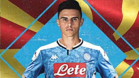 Salah satu pemain Napoli, Elif Elmas bersama Piotr Zielinski dinyatakan positif Covid-19 jelang menghadapi Juventus. - INDOSPORT