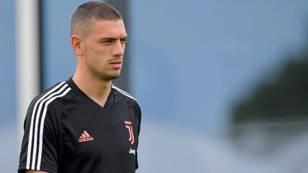 Pemandu bakat AC Milan memantau Merih Demiral di laga terakhir fase grup D Liga Champions antara Bayer Leverkusen melawan Juventus, Kamis (12/12/19). - INDOSPORT