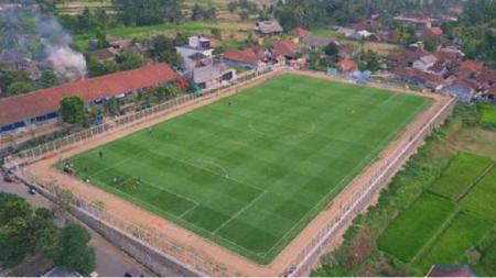 Lapangan Desa Cisayong berstandar FIFA belum lama ini dikunjungi Gubernur Jawa Barat, Ridwan Kamil. - INDOSPORT
