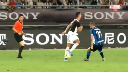 Cristiano Ronaldo saat memperlihatkan skill no look pass dan kelabui pemain Inter Milan. - INDOSPORT