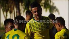 Indosport - Bek tengah Persebaya Surabaya, Otavio Dutra bakal menerima KTP saat laga Arema FC vs Persebaya Surabaya.