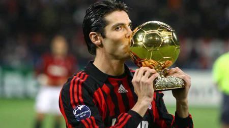 Mantan pemain AC Milan, RIcardo Kaka mencium trofi Ballon d'Or. - INDOSPORT