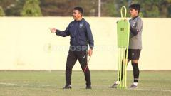 Indosport - Jafri Sastra saat memimpin latihan PSIS di Stadion Gemilang.