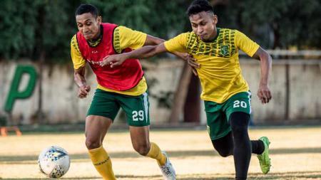 Osvaldo Haay saat latihan di Lapangan Polda Jatim, Kamis (15/7/19). - INDOSPORT