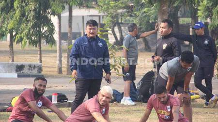 Pelatih Fisik PSIS Semarang, Budi Kurnia ketika mengawasi para pemain melakukan peregangan. Foto: Alvin Syaptia Pratama/INDOSPORT - INDOSPORT