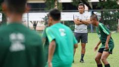 Indosport - Pelatih Timnas U16, Bima Sakti memperhatikan latihan anak asuhnya. Foto: PSSI