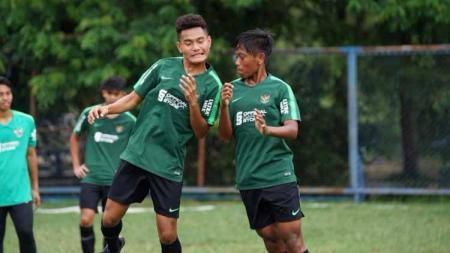 Pelatih Timnas U16, Bima Sakti memperhatikan latihan anak asuhnya. Foto: PSSI - INDOSPORT
