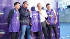Indosport - Guard Amartha Hangtuah, Abraham Wenas (kiri) punya usaha sampingan di tengah berhentinya Indonesian Basketball League (IBL) 2020 karena pandemi virus corona.