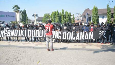 Suporter Persis Solo menggelar unjuk rasa di halaman Balaikota Solo, Jumat (26/07/19). Foto: Ronald Seger Prabowo/INDOSPORT - INDOSPORT