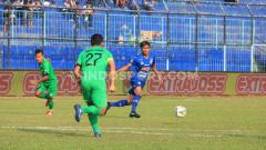Indosport - Jayus Hariono, mesti susah payah menggalang lini tengah Arema FC. Foto: Ian Setiawan/INDOSPORT