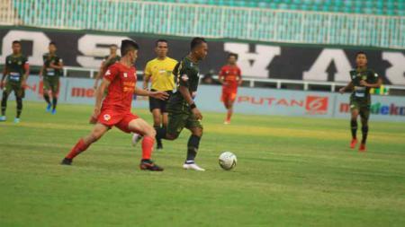 Duel antarpemain pada pertandingan Tira Persikabo vs Kalteng Putra di Stadion Pakansari, Cibinong, Bogor, Jawa Barat, dalam lanjutan pekan ke-11 Liga 1 2019, Jumat (26/07/19). Foto: Media Tira-Persikabo - INDOSPORT