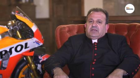 Pastor asal Spanyol, Francisco Suarez yang merupakan salah satu penggemar fanatik MotoGP. - INDOSPORT