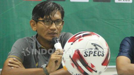 Pelatih kepala PSIS U-20 khusnul yakin saat memberi keterangan pers. Foto Alvin Syaptia Pratama/INDOSPORT. - INDOSPORT