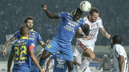 Duel udara antara Ezechiel vs Spasojevic pada laga Liga 1 2019 di Stadion Si Jalak Harupat. - INDOSPORT