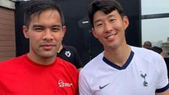 Indosport - Kedekatan Andritany Ardhiyasa bersama Son Heung-min saat di acara CSR di AIA China.