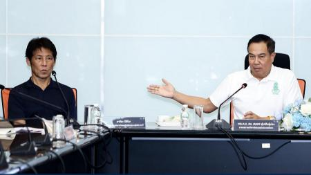 Pelatih Timnas Thailand, Akira Nishino, bersama Presiden FA Thailand, Somyot Poompanmoung. - INDOSPORT