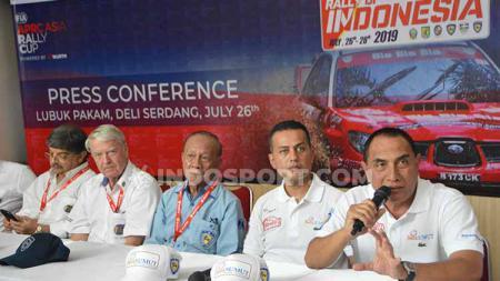 Gubernur Sumut Edy Rahmayadi didampingi Wakilnya Musa Rajekshah dan perwakilan FIA dalam temu pers di Lubuk Pakam, Deli Serdang, Jumat (26/7/2019). - INDOSPORT