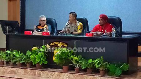 Ferry Indrasjarief (Ketua Umum The Jakmania), Kombes Pol Wahyu Dwi Ariwibowo (Kapolrestabes Makassar), dan Harry Patty (Ketua ISM Makassar). - INDOSPORT