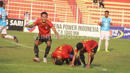 Arif Budiyono (sujud) saat merayakan golnya ke gawang Babel United. - INDOSPORT