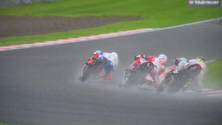 Setelah hujan mengguyur Suzuka International Circuit, Irfan Ardiansyah melakukan start gemilang dari posisi ketiga, Sabtu (27/7/2019). Foto: Astra Honda Racing Team - INDOSPORT