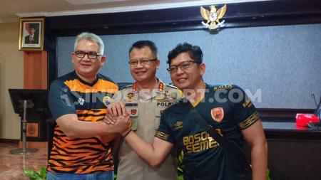 Ferry Indrasjarief (Ketua Umum The Jakmania), Kombes Pol Wahyu Dwi Ariwibowo (Kapolrestabes Makassar), dan Sadat Sukma (Sekretaris Jenderal Red Gank) - INDOSPORT