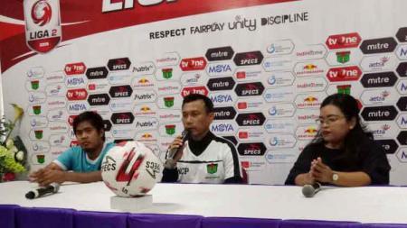 Pelatih dan gelandang, Persita Tangerang, Widodo C Putro (tengah) bersama Egi Melgiansyah (kiri) saat sedang preskon sebelum pertandingan - INDOSPORT