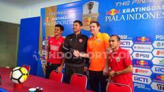 Indosport - Rizky Pellu dan Darije Kalezic (PSM Makassar/kiri) serta Julio Banuelos dan Riko Simanjuntak (Persija Jakarta).