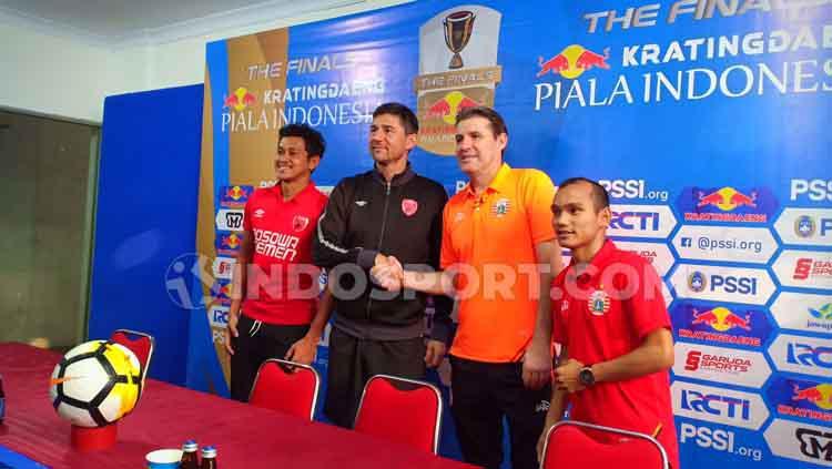 Rizky Pellu dan Darije Kalezic (PSM Makassar/kiri) serta Julio Banuelos dan Riko Simanjuntak (Persija Jakarta). Copyright: Adriyan Adirizky/INDOSPORT